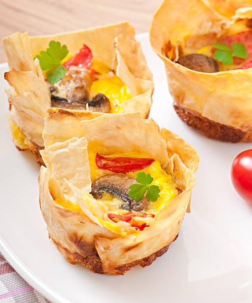 omelett in pita-brot mit tomaten, speck und pilzen - kräuterfaltenbrot stock-fotos und bilder