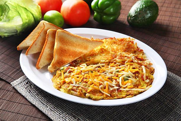 omelett & toast - haschee stock-fotos und bilder