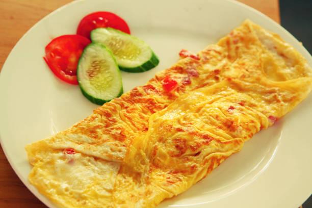omelett zum frühstück auf platte - kräuterfaltenbrot stock-fotos und bilder