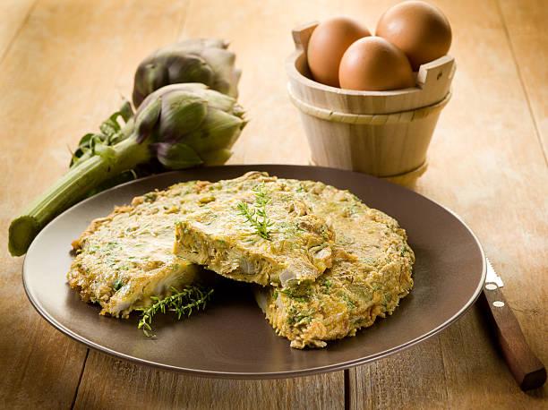 omelette con carciofi - foto stock
