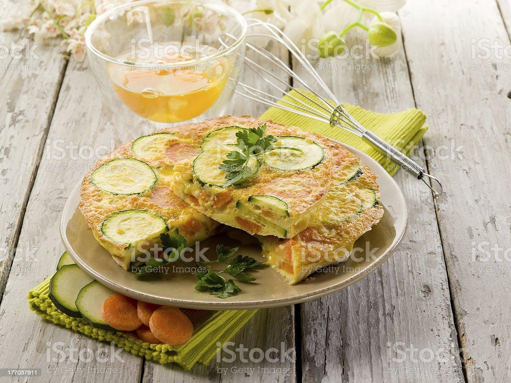 Omelett mit Karotten zucchinis und Petersilie. – Foto