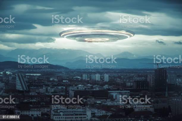 Ominous ufo above the city picture id914186614?b=1&k=6&m=914186614&s=612x612&h=keola7rsmqkepgvp48kapuoqtulqavdukdoyap0tfvi=