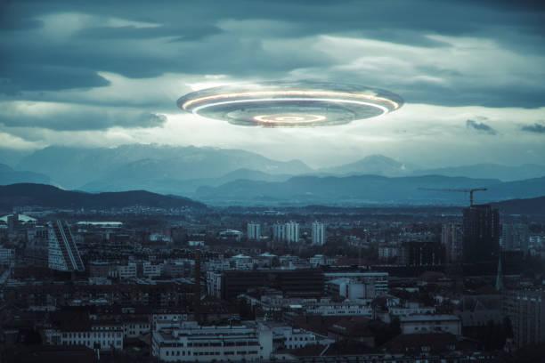 onheilspellende ufo boven de stad - ufo stockfoto's en -beelden