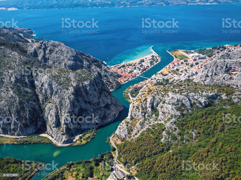 Omis und Cetina Fluss Luftaufnahme, Dalmatien, Kroatien. – Foto