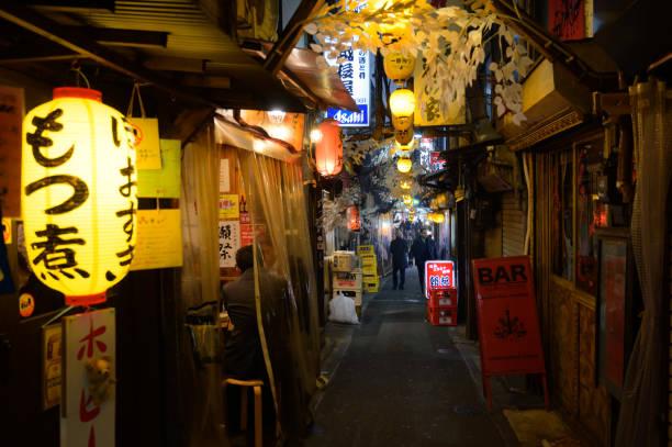 Omoide Yokocho in Shinjuku, der berühmte Ort zum Essen und Trinken – Foto