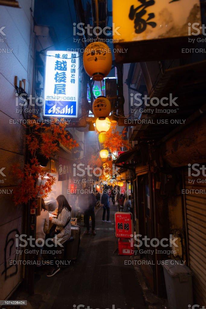 Omoide Yokocho in Shinjuku, Tokyo Japan, dem berühmten Platz für Essen und trinken Treffpunkt für Gehalt Mann nach der Arbeit, im Herbst – Foto