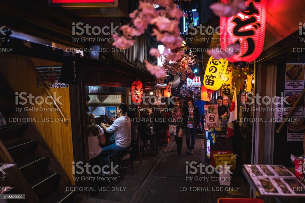 Omoide Yokocho, Shinjuku Tokyo im Frühling, dekoriert mit Sakura Kirschblüte sehr schöne Szene – Foto