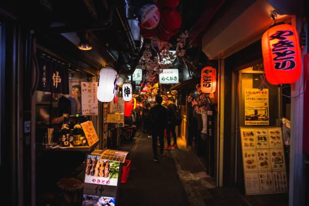 omoide 橫, 新宿東京在春季時節, 點綴櫻花櫻花非常美麗的場面 - 吧 公共飲食地方 個照片及圖片檔