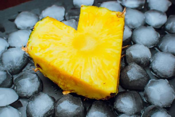 auf einem schwarzen hintergrund frische ananas liebe eis - bananenlikör stock-fotos und bilder