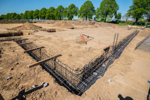 Auf einer Baustelle wird ein Grundstein gelegt – Foto