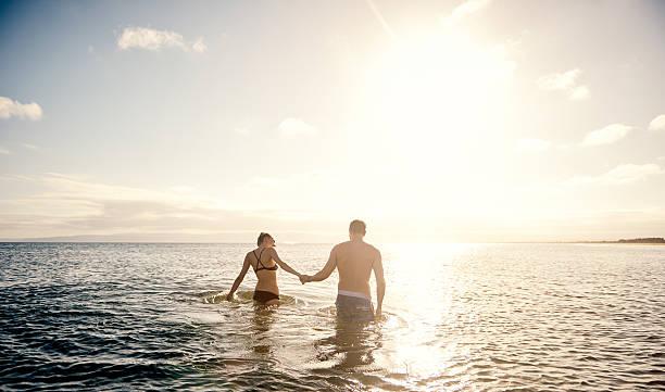 ロマンチックなバカンス - 水につかる ストックフォトと画像