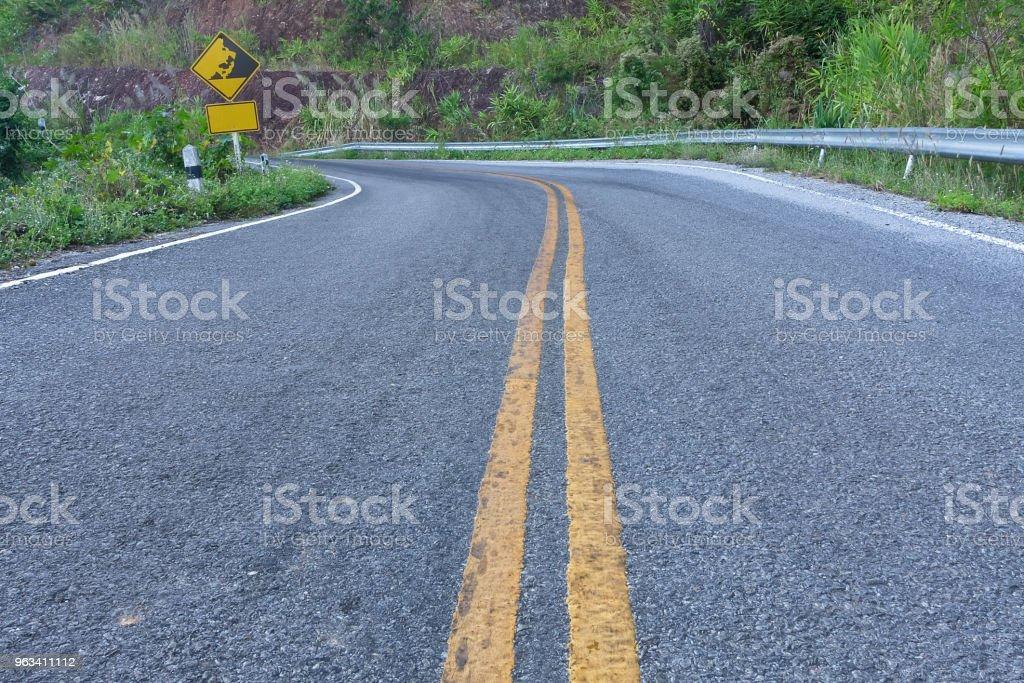 Na drodze asfaltowej. - Zbiór zdjęć royalty-free (Asfalt)