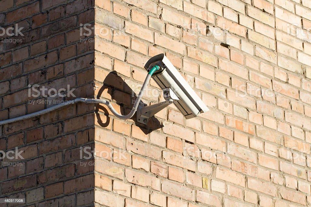 Videoüberwachung (Überwachungskamera) auf Ziegel-Wand-Hintergrund-Gebäude – Foto