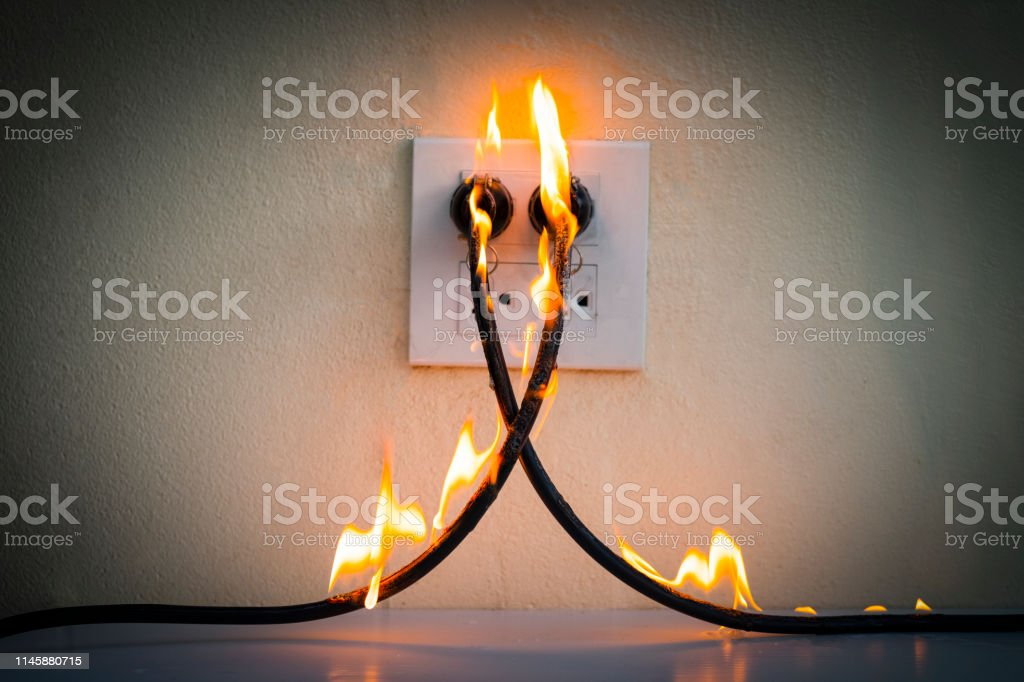 On fire electric wire plug Receptacle wall partition,Electric short circuit failure resulting in electricity wire burnt - Zbiór zdjęć royalty-free (Alarm)
