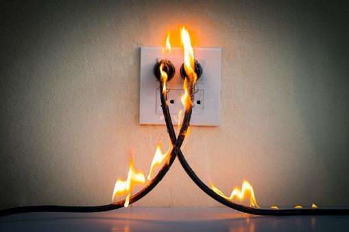 On Fire Electric Wire Plug Receptacle Wall Partitionelectric Short Circuit Failure Resulting In Electricity Wire Burnt - zdjęcia stockowe i więcej obrazów Alarm
