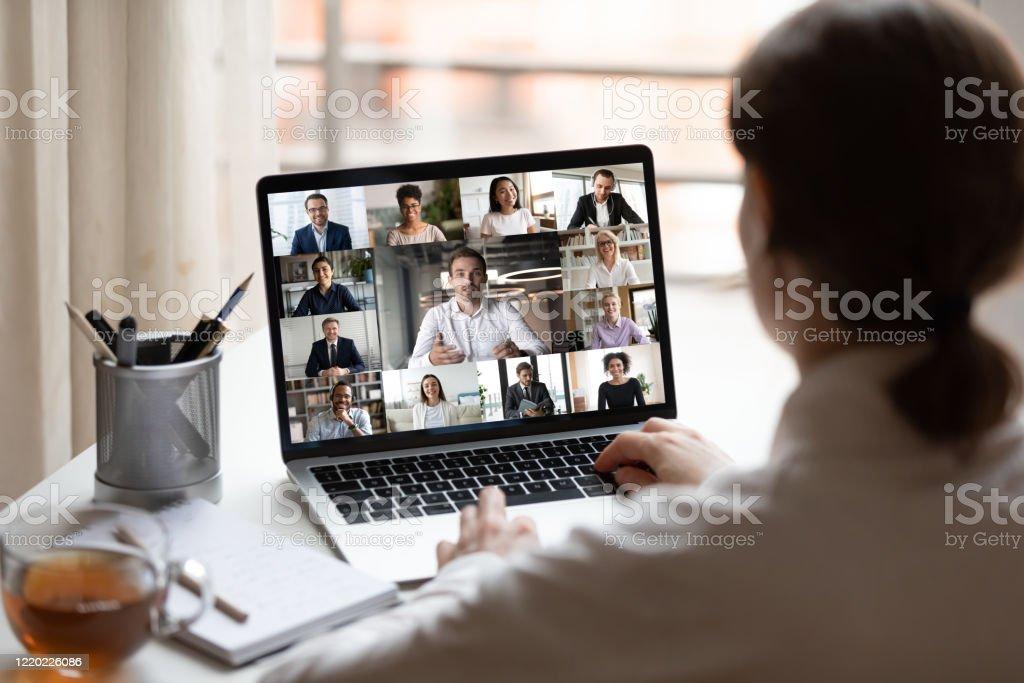 No laptop de pessoas diversas colagem webcam vista sobre o ombro da mulher - Foto de stock de Adulto royalty-free