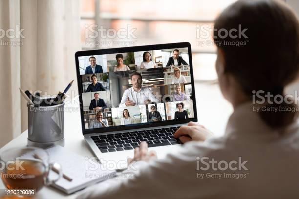 Foto de No Laptop De Pessoas Diversas Colagem Webcam Vista Sobre O Ombro Da Mulher e mais fotos de stock de Adulto
