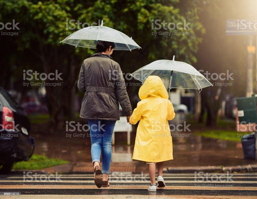 Auf unserem Weg durch den Regen gehen wir – Foto