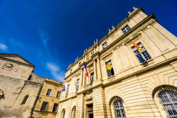 sur la place de la république, l'hôtel de ville et un immeuble d'habitation dans la ville historique de français d'arles, situé en provence. - république photos et images de collection
