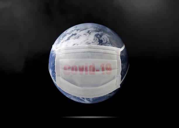 Auf dem Planeten Erde, eine medizinische Maske zum Schutz vor der Coronavirus-Epidemie. Konzept einer globalen Virusepidemie, Konzept der Corona-Virus-Quarantäne, Covid-19. Elemente dieses Bildes von NAZA – Foto