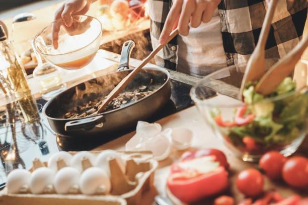 op tafel veel producten voor heerlijk eten - koken toestand stockfoto's en -beelden
