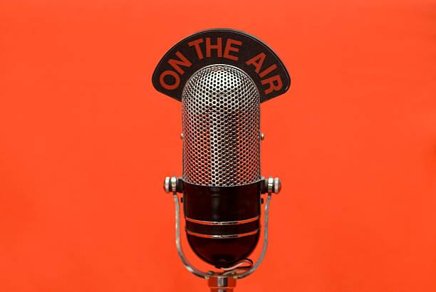 Auf der Luft Mikrofon Roter Hintergrund – Foto