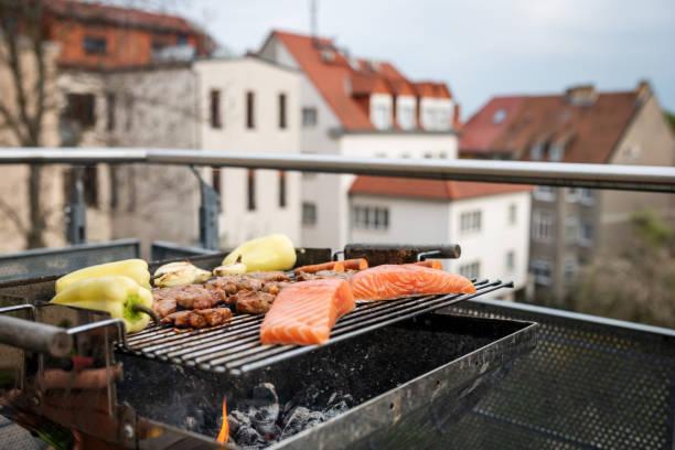 BBQ auf dem Balkon, Deutschland – Foto