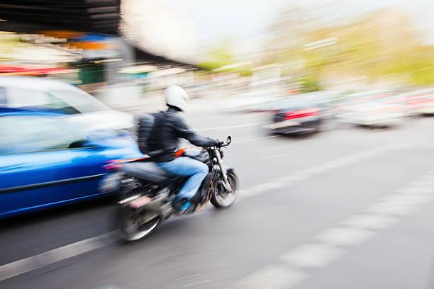 auf der hauptstraße - autos und motorräder stock-fotos und bilder