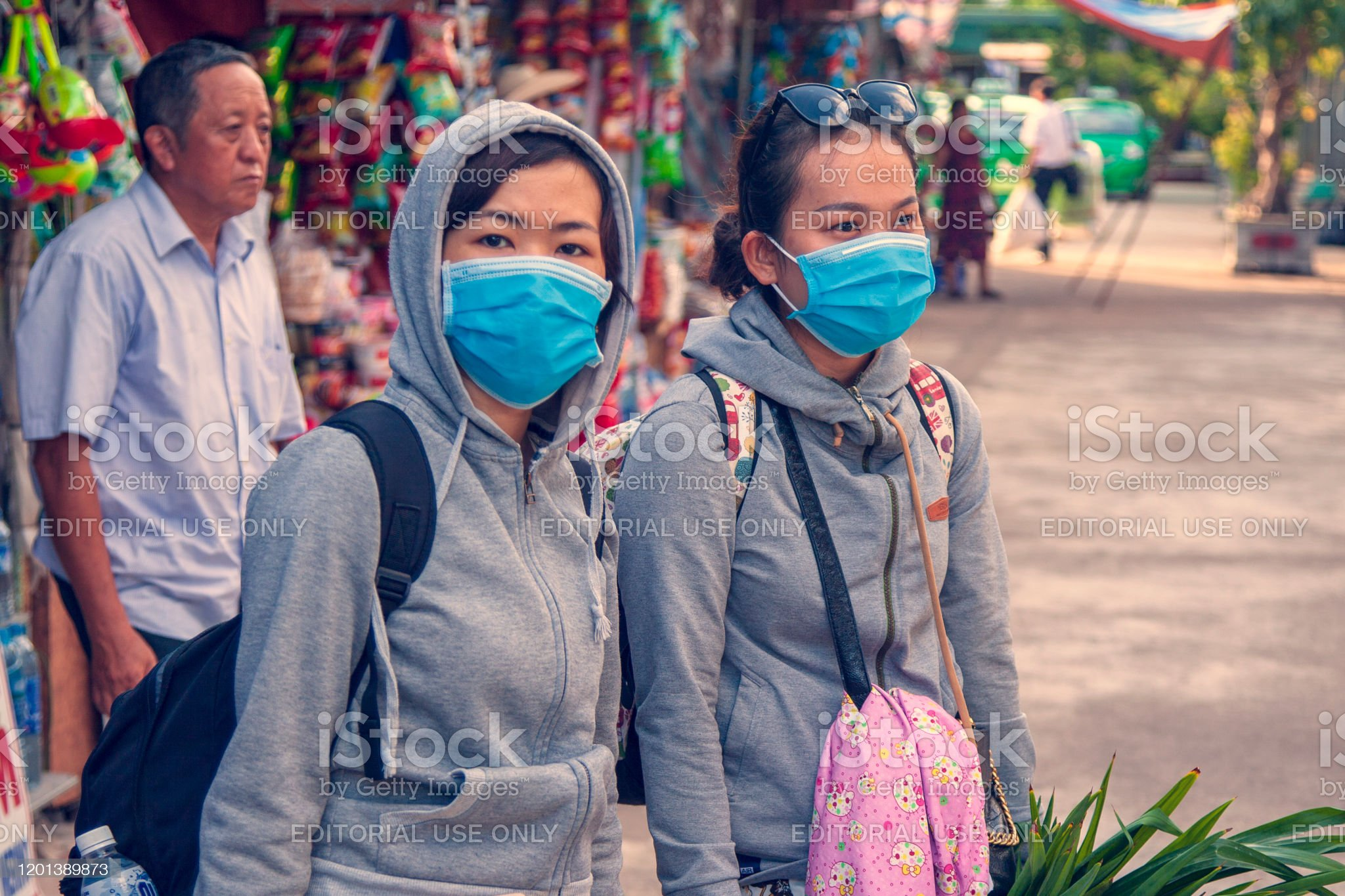 On the city street, two girls in blindfolds, the concept of the spread of the coronavirus from China - Royalty-free Analyzing Stock Photo
