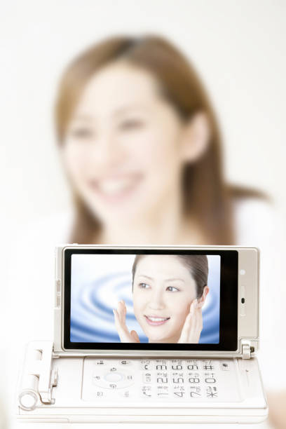 auf dem handy-display este bald - sonnenbrand heilen stock-fotos und bilder