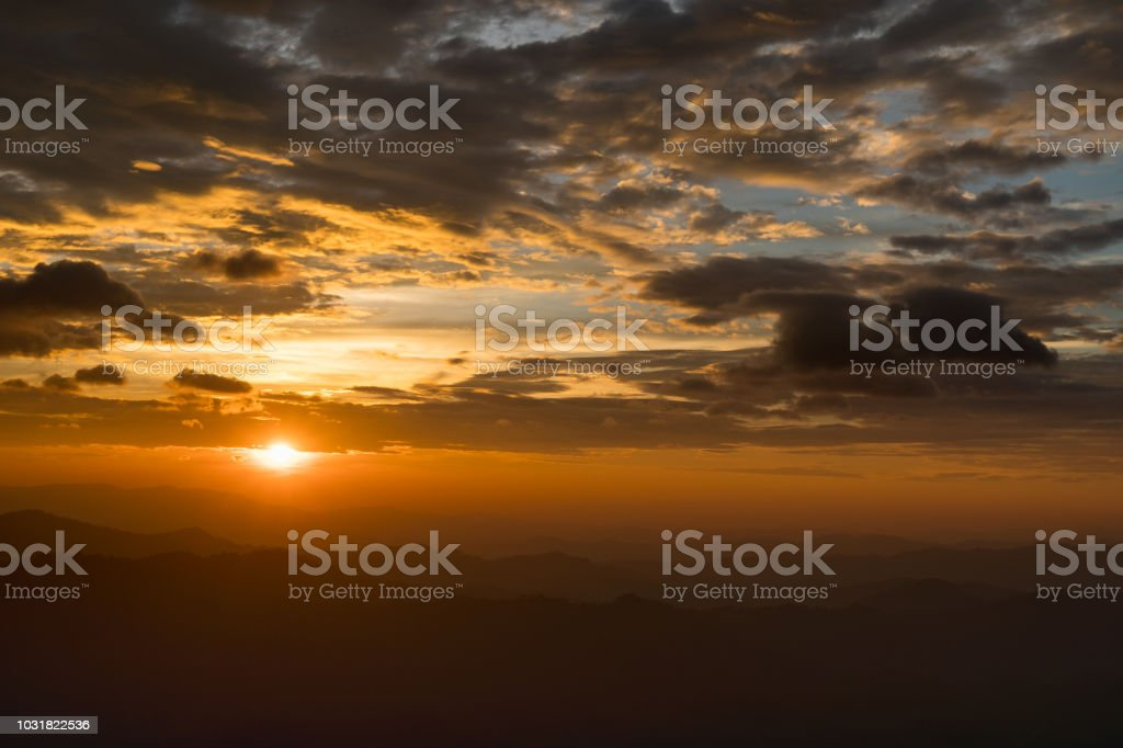 Auf dem Berg, den Sonnenuntergang beobachten. – Foto