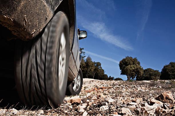 Vehículo deportivo utilitario (SUV) on the rocks - foto de stock