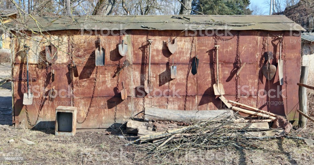 Photo libre de droit de Sur Le Mur De Métal Rouillé De La Remise De ...