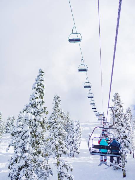 auf der skilift für powder-tag - lake tahoe winter stock-fotos und bilder