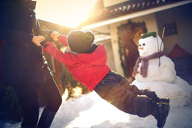 auf dem schnee, runden wir los! - schneespiele stock-fotos und bilder