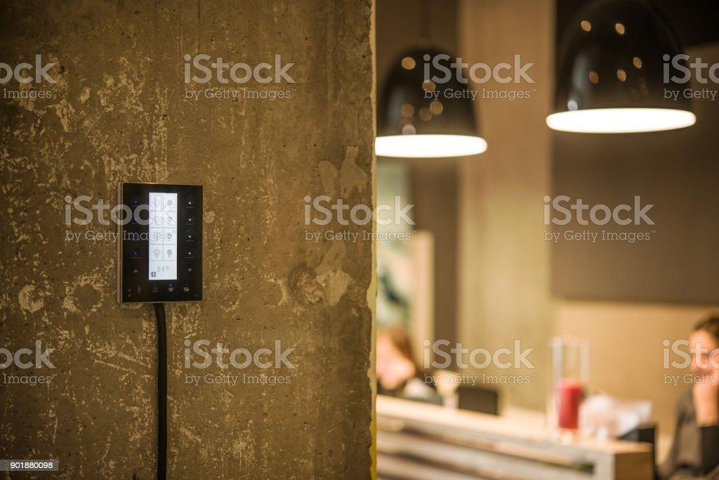Berühren Sie an der Wand Lichtschalter – Foto