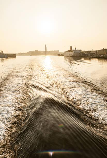 på väg till havet från hamnen i göteborg. roro passagerar färja stena danica (imo 7907245) i bakgrunden. - ferry lake sweden bildbanksfoton och bilder