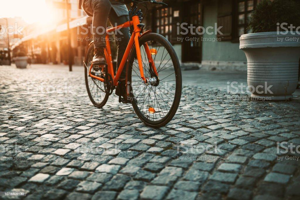 Auf dem Weg zur Arbeit mit dem Fahrrad – Foto