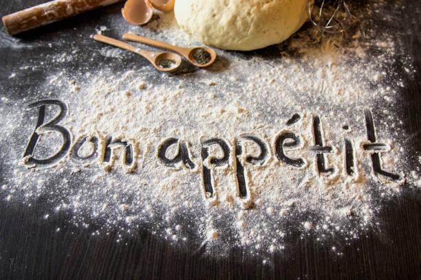 auf schriftliche mehl pasta. gebrochenes ei.  verschütten pasta. top view.   - küche italienisch gestalten stock-fotos und bilder