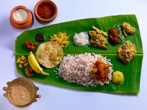 onam sadya en hoja de plátano - comida india fotografías e imágenes de stock