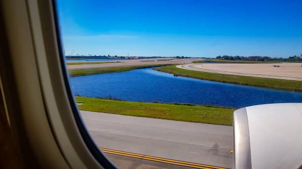 An Bord Blick aus dem Business Class Fenster von einer B777-300 Flugzeug Taxiing zur Main Startbahn am Orlando International Airport - Bild genommen auf Mobile Geräte – Foto