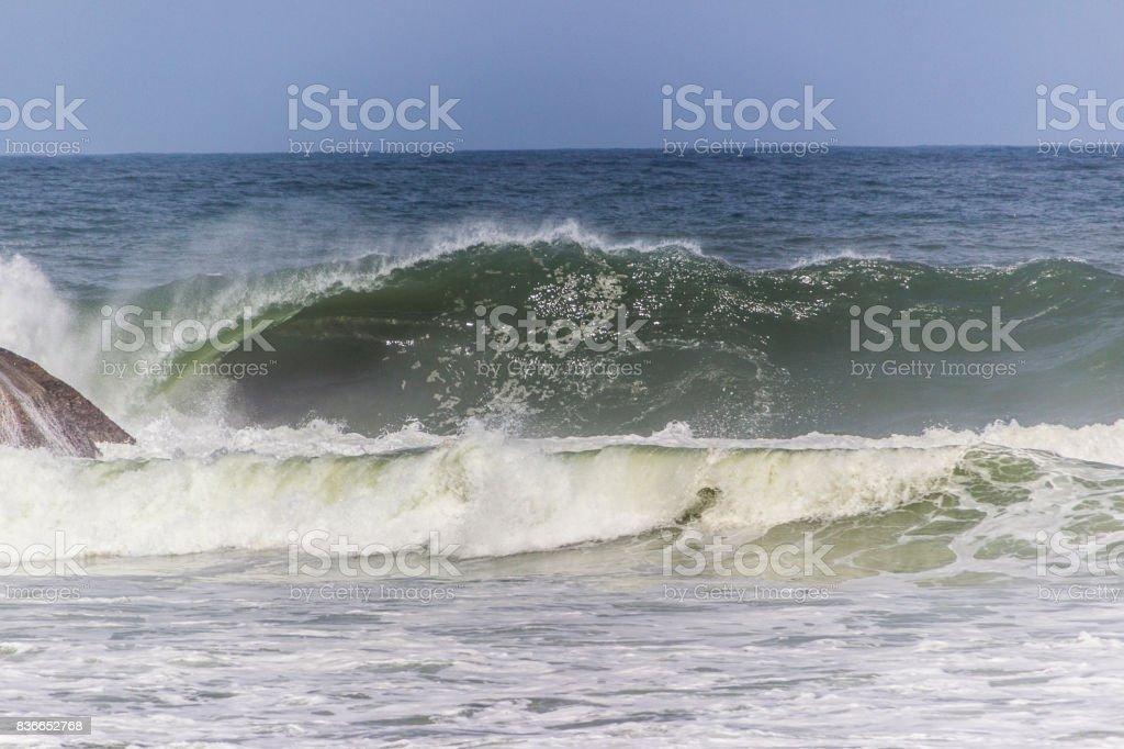 Ondas na Praia do Arpoador stock photo