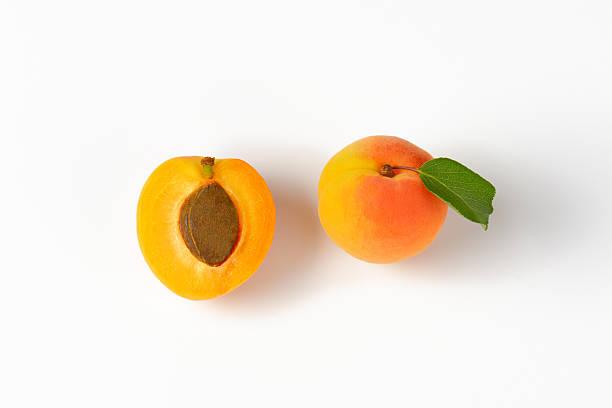 eineinhalb eine aprikose - aprikose stock-fotos und bilder