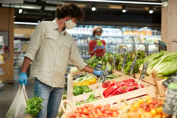 um cliente argentino comprando vegetais em um pequeno negócio. - costumer - fotografias e filmes do acervo