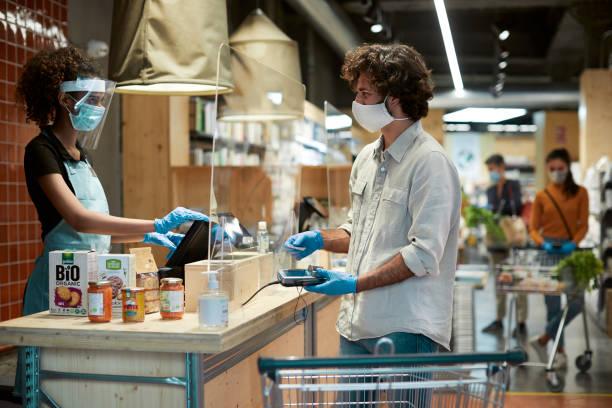 계산대에서 지불하는 아르헨티나 남성 한 명 - 시장 소매점 뉴스 사진 이미지