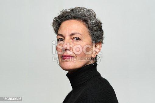 Una hermosa mujer mirando la cámara de perfil.
