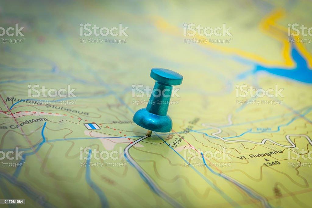 Jedna niebieska Pinezka umieszczony na mapie – zdjęcie