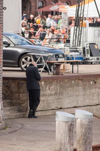 ein leibwächter steht im vor einem audi - merkel cdu stock-fotos und bilder