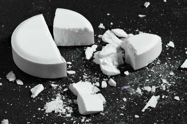 Eine gebrochene weiße Pille auf schwarzem Hintergrund Makrofoto - Konzept der Medizin und Medikament Behandlung, Gesundheit – Foto