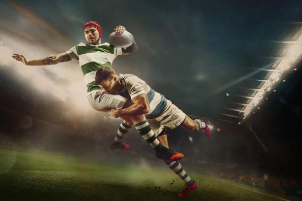 un jugador de rugby caucásico en acción - rugby fotografías e imágenes de stock